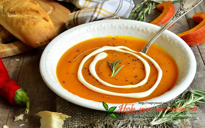 Суп со специями в тарелке