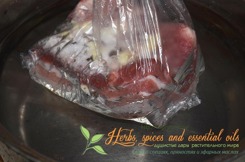 Варёное сало с чесноком в пакете